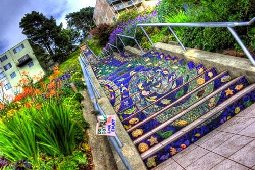 تحويل السلالم إلى لوحات فنية تجذب الأنظار