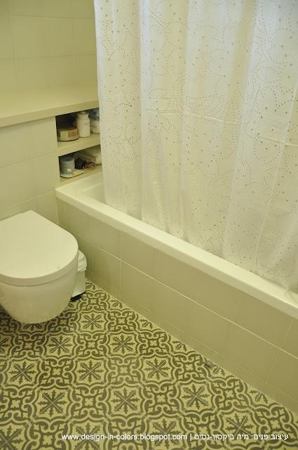 אמבטיה בלבן עם אריחים מצוירים