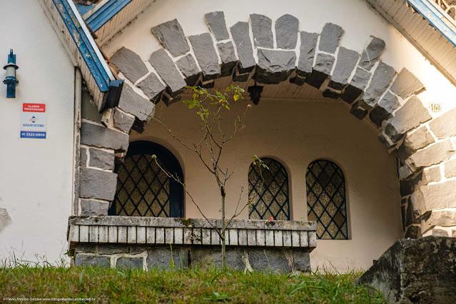 Casa na Rua da Glória - detlahe da entrada em arco decorado com pedra basalto