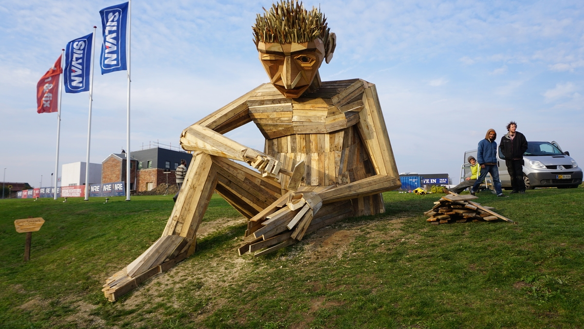 18-Simon-Selfmade-Thomas-Dambo-Large-Interactive-Recycled-Wooden-Sculptures-www-designstack-co