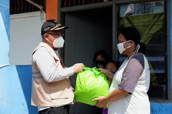 Walikota Bagikan Sembako Warga Terdampak Covid-19 di Kelurahan Sukmajaya