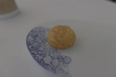 Gougère au parmesan et curry, restaurant Kei Paris 01.