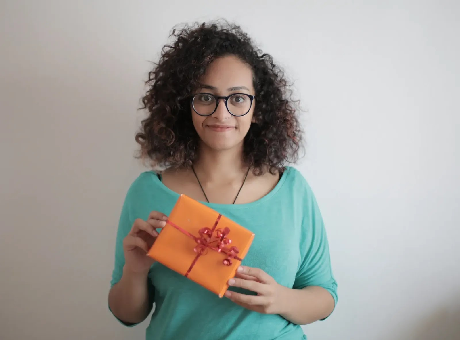 This Is How to Wrap Your Gifts Like a Pro [infographic + video]