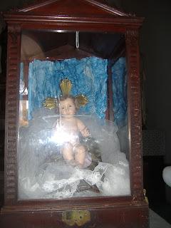 """Ver el comentario abajo, o clic en el título San Luís María de Griñón de Monfort : """"El Poderoso hacho maravillas por mí.""""   Primer Libro de Samuel 1,24-28. Cuando el niño dejó de mamar, lo subió con ella, llevando además un novillo de tres años, una medida de harina y un odre de vino, y lo condujo a la Casa del Señor en Silo. El niño era aún muy pequeño.  Y después de inmolar el novillo, se lo llevaron a Elí.  Ella dijo: """"Perdón, señor mío, ¡por tu vida, señor!, yo soy aquella mujer que estuvo aquí junto a ti, para orar al Señor.  Era este niño lo que yo suplicaba al Señor, y él me concedió lo que le pedía.  Ahora yo, a mi vez, se lo cedo a él; para toda su vida queda cedido al Señor"""". Después se postraron delante del Señor.     Primer Libro de Samuel 2,1.4-5.6-7.8abcd. Mi corazón se regocija en el Señor,  tengo la frente erguida gracias a mi Dios.  Mi boca se ríe de mis enemigos,  porque tu salvación me ha llenado de alegría.   El arco de los valientes se ha quebrado,  y los vacilantes se ciñen de vigor;  los satisfechos se contratan por un pedazo de pan,  y los hambrientos dejan de fatigarse;  la mujer estéril da a luz siete veces,  y la madre de muchos hijos se marchita.   El Señor da la muerte y la vida,  hunde en el Abismo y levanta de él.  El Señor da la pobreza y la riqueza,  humilla y también enaltece.   El levanta del polvo al desvalido  y alza al pobre de la miseria,  para hacerlos sentar con los príncipes  y darles en herencia un trono de gloria.       Evangelio según San Lucas 1,46-56. María dijo entonces:  """"Mi alma canta la grandeza del Señor,  y mi espíritu se estremece de gozo en Dios, mi Salvador,  porque el miró con bondad la pequeñez de tu servidora.  En adelante todas las generaciones me llamarán feliz"""".  Porque el Todopoderoso ha hecho en mí grandes cosas:  ¡su Nombre es santo!  Su misericordia se extiende de generación en generación  sobre aquellos que lo temen.  Desplegó la fuerza de su brazo, dispersó a los soberbios de corazón.  Derribó a los"""