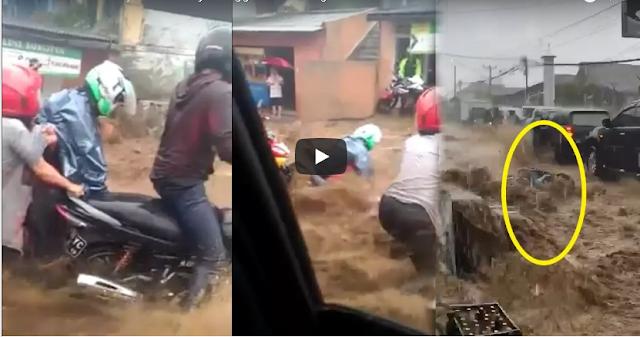 Detik-detik Banjir Menghanyutkan Pengendara Sepeda Motor di Cianjur
