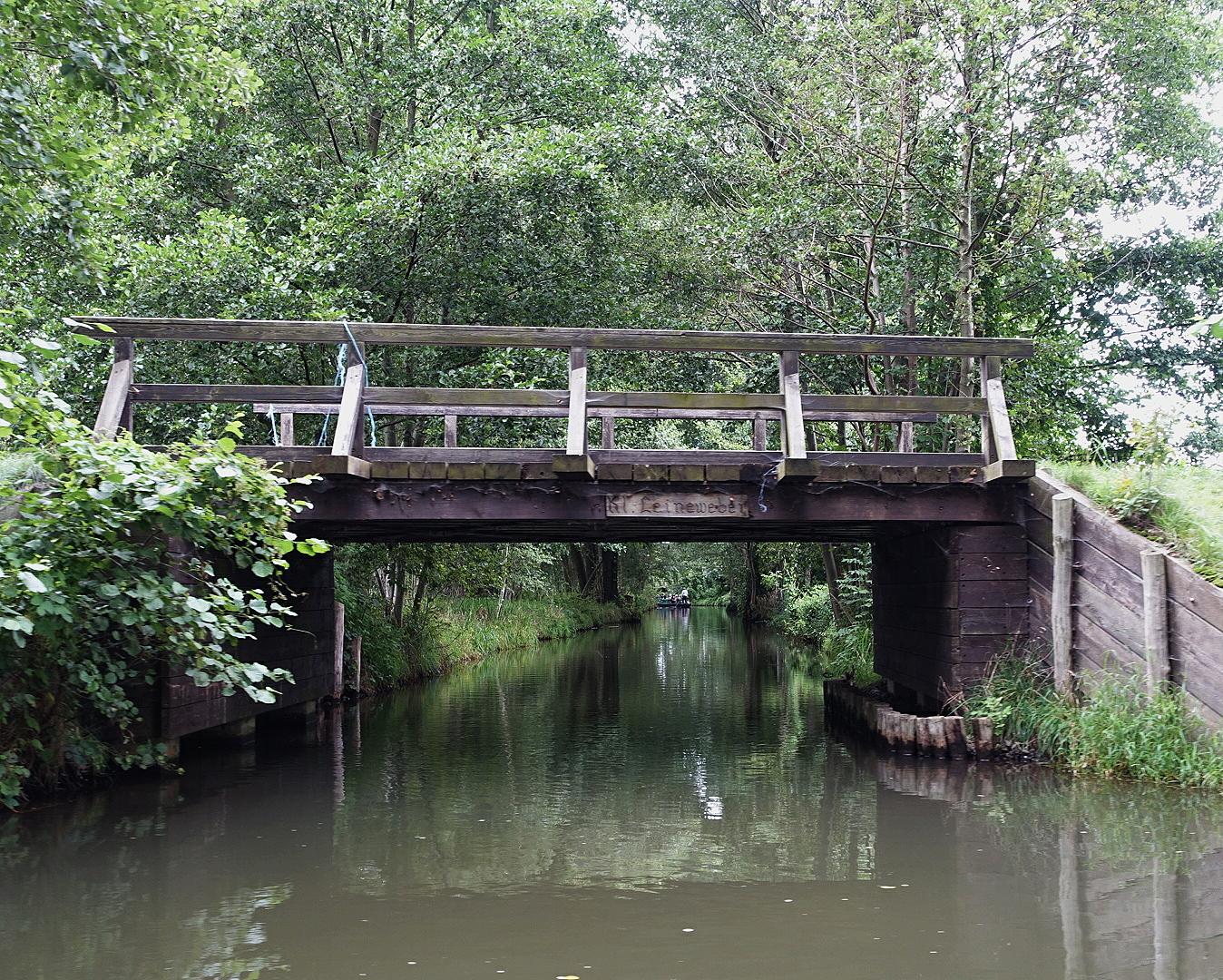 Kanal und Brücke im Spreewald an einem verregneten Sommertag