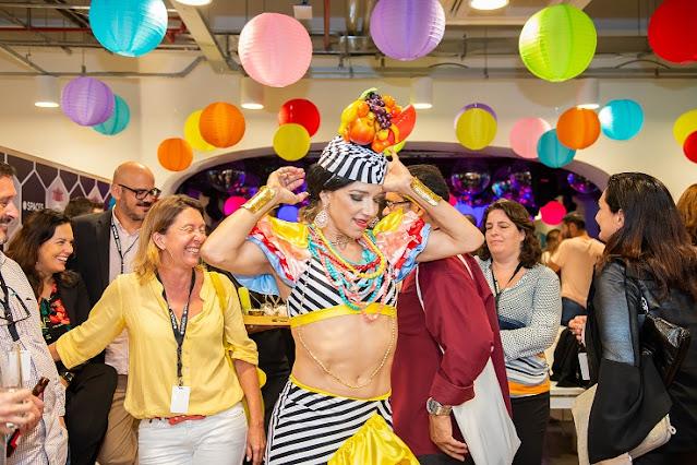 Atração Carmen Miranda de Humor e Circo Produtora em evento corporativo do escritorio de coworking Spaces no Rio de Janeiro.