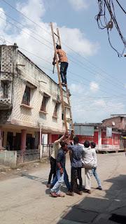विद्युत मंडल के कर्मचारी अपनी जान जोखिम में डालकर काम करते हैं