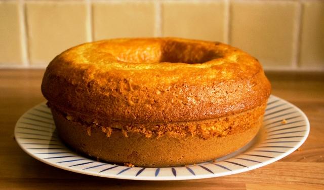 Imagem de um Bolo de Milho fofinho feito no liquidificador. Fica pronto em 20 minutos.  Mais um bolo gostoso do blog Receitas da Bebel