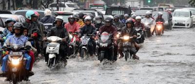 Pemotor, Jangan Asal Terobos Genangan Air! Berbahaya