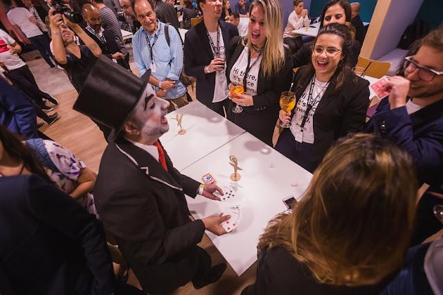 Mágico Close up de Humor e Circo se apresentando para grupos de convidados durante a recepção do evento Spaces Cinelândia no RJ.