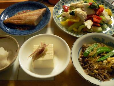 夕食の献立 献立レシピ 飽きない献立 ホッケ イカとレタスの炒め物 ミョウガ奴 牛玉子とじ