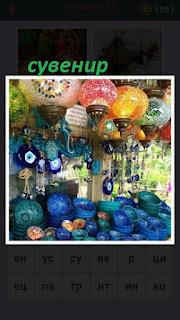 в лавке происходит продажа сувениров разного цвета и калибра
