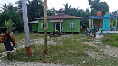 TNI dan Masyarakat Bahu Membahu Bersihkan Halaman Masjid Kampung Aman