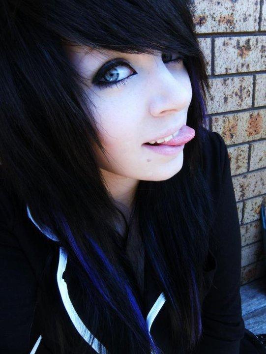 Фото одной девушки красивой брюнетки челкастой