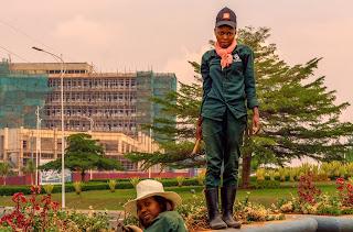 Foto da cidade de Kigali, Ruanda, com trabalhadores