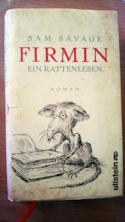 Traurige Ratte vor Buch
