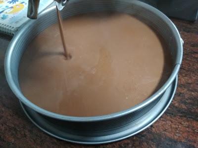 vertiendo-chocolate-leche-sobre-chocolate-negro