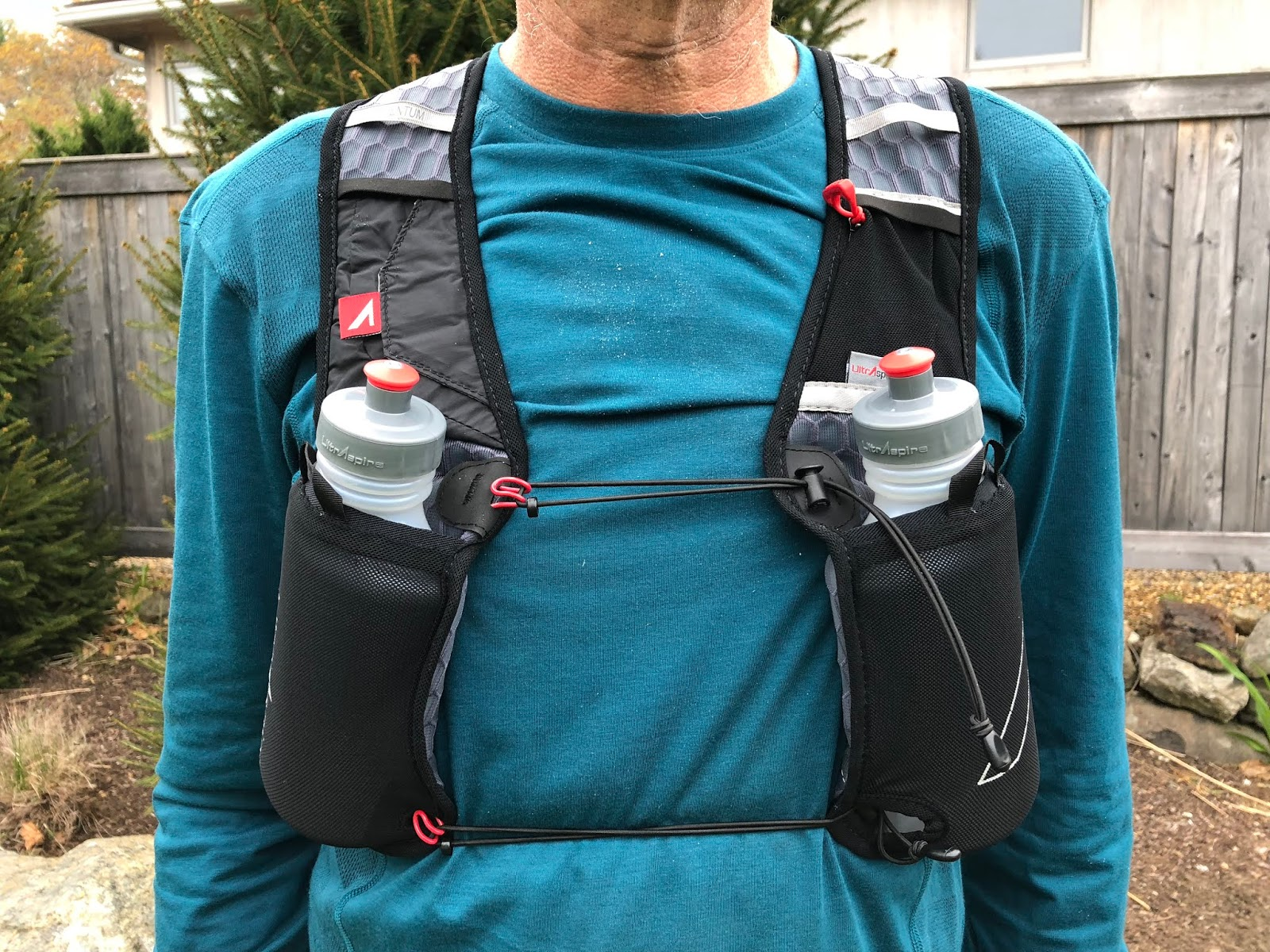 1fdd909639 The two mesh front pockets securely hold the semi rigid, body contouring  UltrAspire UltraFlask 550 ($15), each with 550ml of capacity.