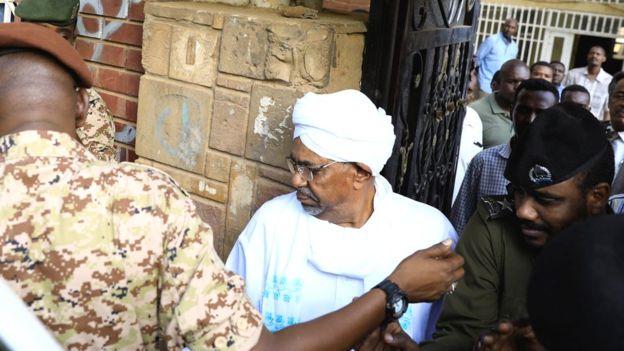 Omar al-Bashir afikishwa mahakamani, yadaiwa kukutwa fedha katika magunia ya nafaka nyumbani kwake