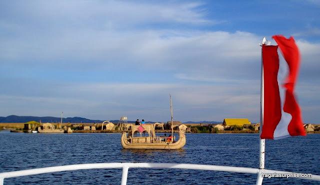 Barcos de totora dos Uros navegando o Lago Titicaca