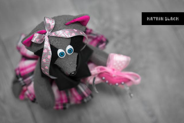 Интерьерная игрушка - енот в косухе и розовых кедах. Игрушка ручной работы. Подарок девушке.