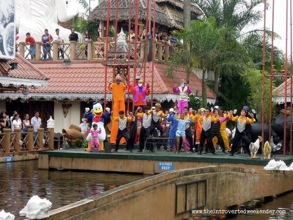 Performers at Isdaan Floating Restaurant