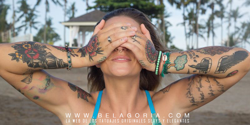 Vemos a una mujer tatuada tapandose la cara arrepentida de un tatuaje