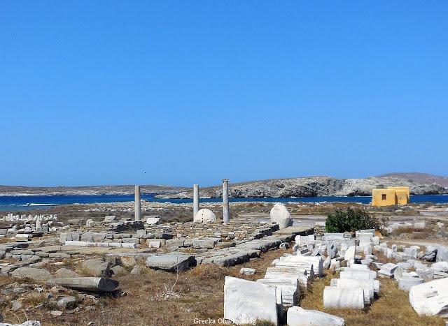 ruiny starożytenych świątyń wyspa Delos bezchmurne niebo spokojne greckie morze