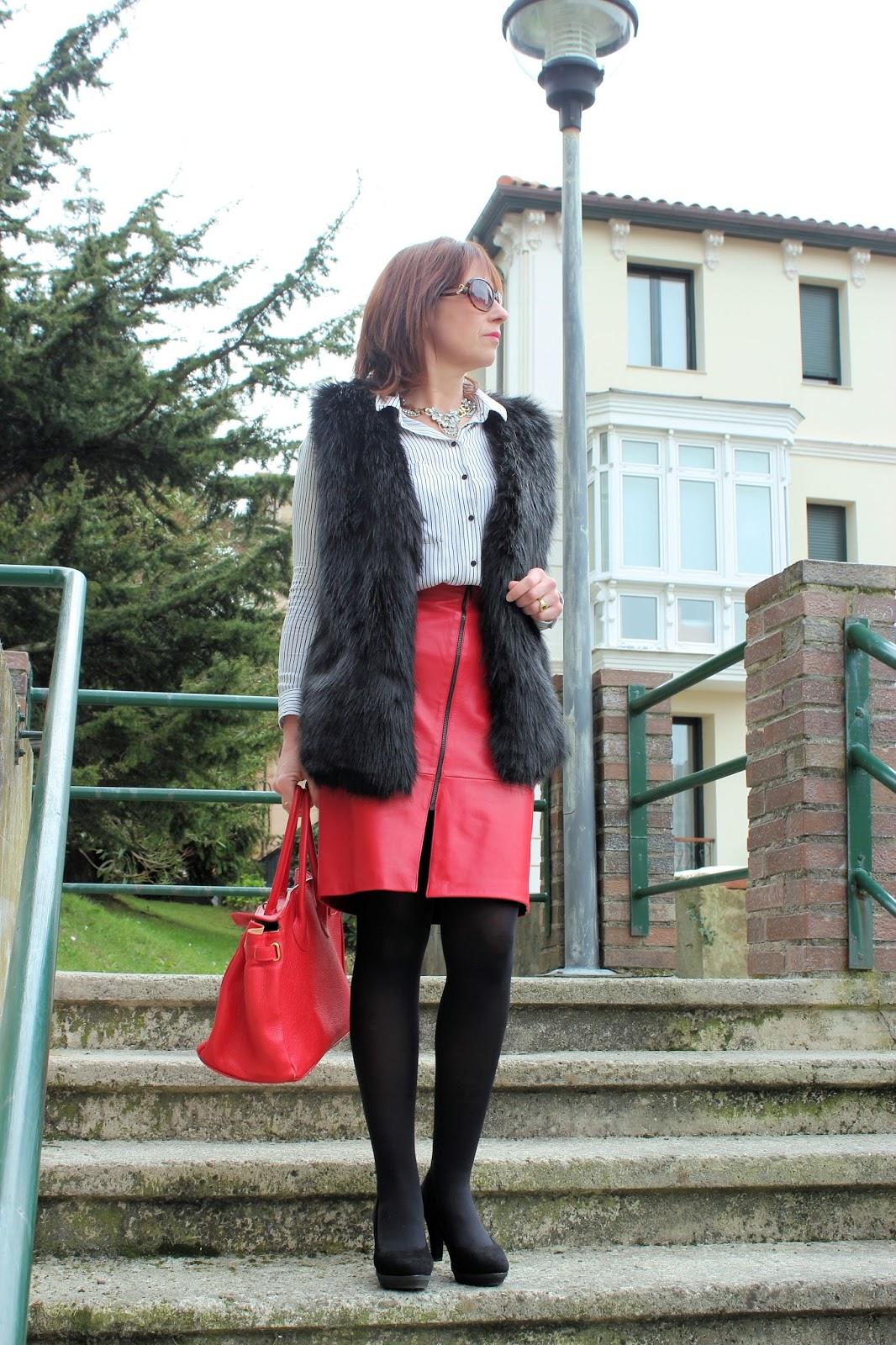 Br jula de estilo mis looks falda roja y chaleco de pelo - Brujula de estilo ...