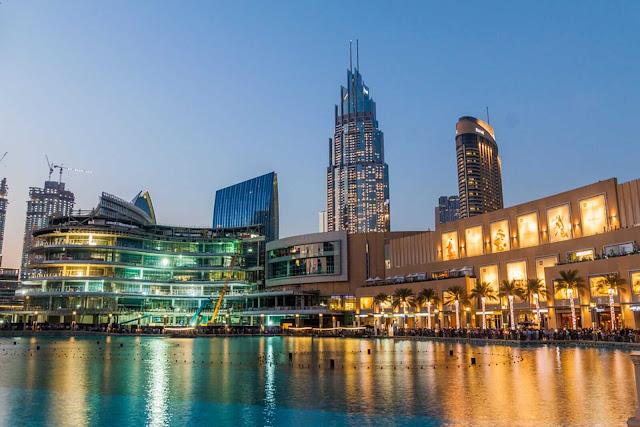 Bất kì ai có dịp du lịch đến thành phố Dubai đều không thể bỏ qua cơ hội được tận mắt chiêm ngưỡng nơi được xem là địa điểm du lịch mua sắm lớn nhất và cũng xa hoa nhất thế giới – Dubai Mall.