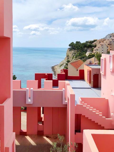 """Khu nhà màu đỏ ở Tây Ban Nha có thể giống như một bản vẽ điên rồ của M. C. Escher, nhưng nó thực sự được lấy cảm hứng từ truyền thống của công trình casbah (một dạng pháo đài phòng thủ) kết hợp với việc sử dụng không gian công cộng và riêng tư. Thiết kế của kiến trúc sư Ricardo Bofill được xây dựng vào năm 1973, tạo tiếng vang về """"bức tường đỏ"""" mà mọi du khách đến Tây Ban Nha không thể bỏ qua."""