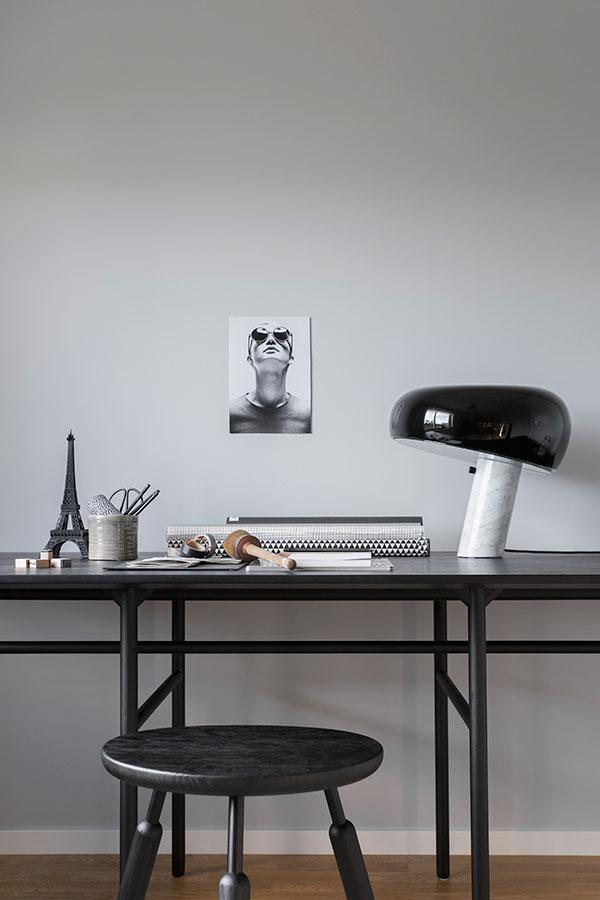 Bureau épuré en bois et métal noir