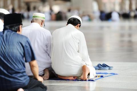 Hukum Makmum Yang Ketinggalan Bacaan Al-Fatihah Karena Bacaan Sunat
