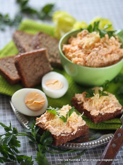 pasta z jajek i sera żółtego bursztyn , ser żółty , jajka , smarowidło , do smarowania , do chleba , do kanapek , domowe jedzenie , na chleb