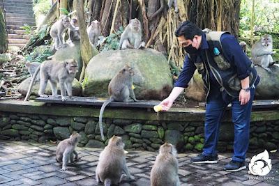 Eric Tohir memberi makan Monyet di Monkey Forest Ubud