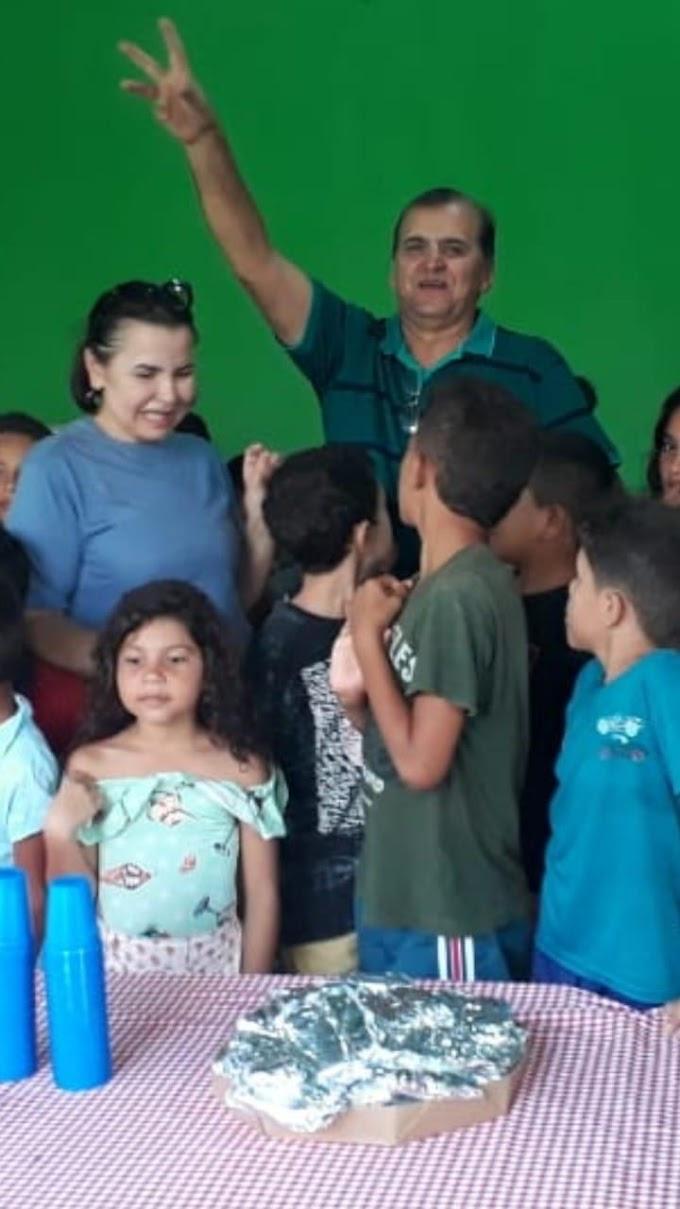 Claudio Azevedo e Ana Isabel homenageiam as crianças de Tuntum