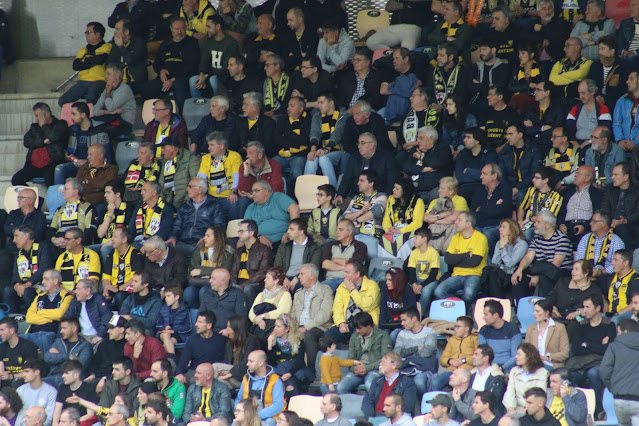 Espectadores en el estadio de Lasesarre
