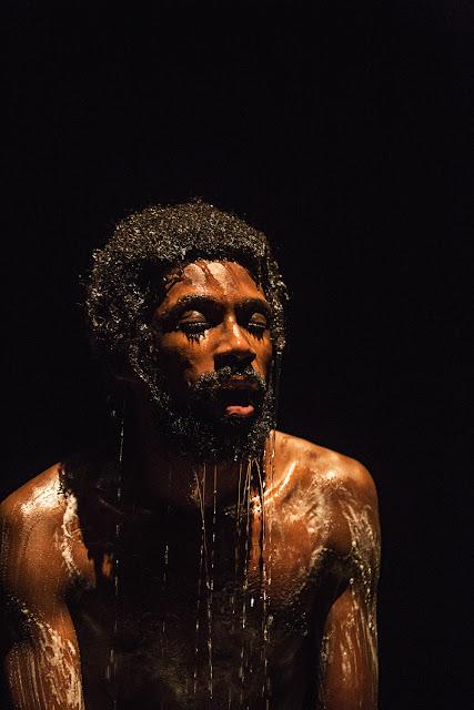 Espetáculo violento. estreia no Galpão Cine Horto em BH com abordagem sobre a juventude negra