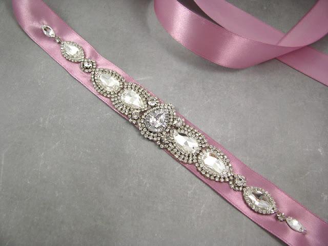 Biżuteryjna aplikacja na suknię ślubną z kryształami Swarovski i cyrkoniami Preciosa.
