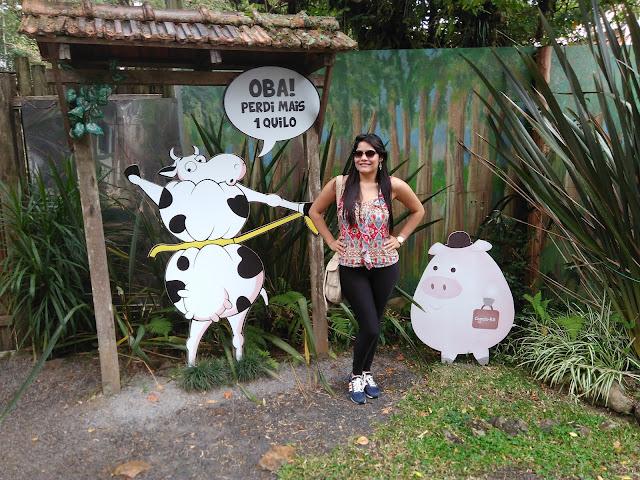 placa escrita ba perdi mais um kilo e mural de uma vaca
