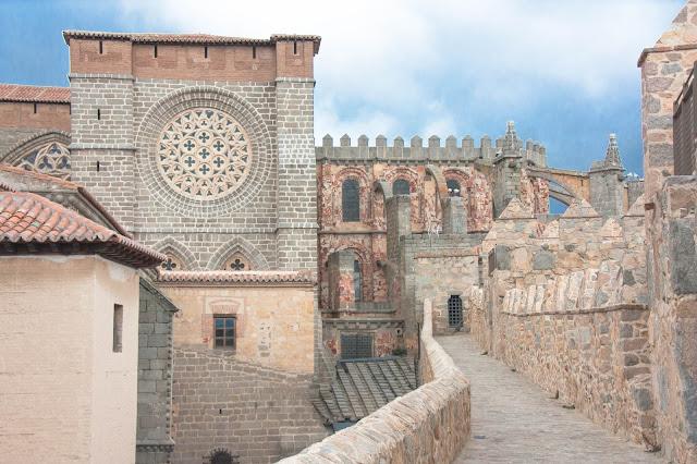 Muralha e Catedral de Ávila, na Espanha.