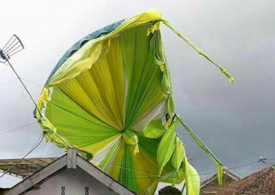 Tenda pesta pernikahan terbang dibawa angin, mungkin si mantan gak ikhlas