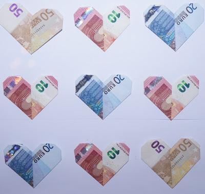 Dinero doblado en forma de corazón