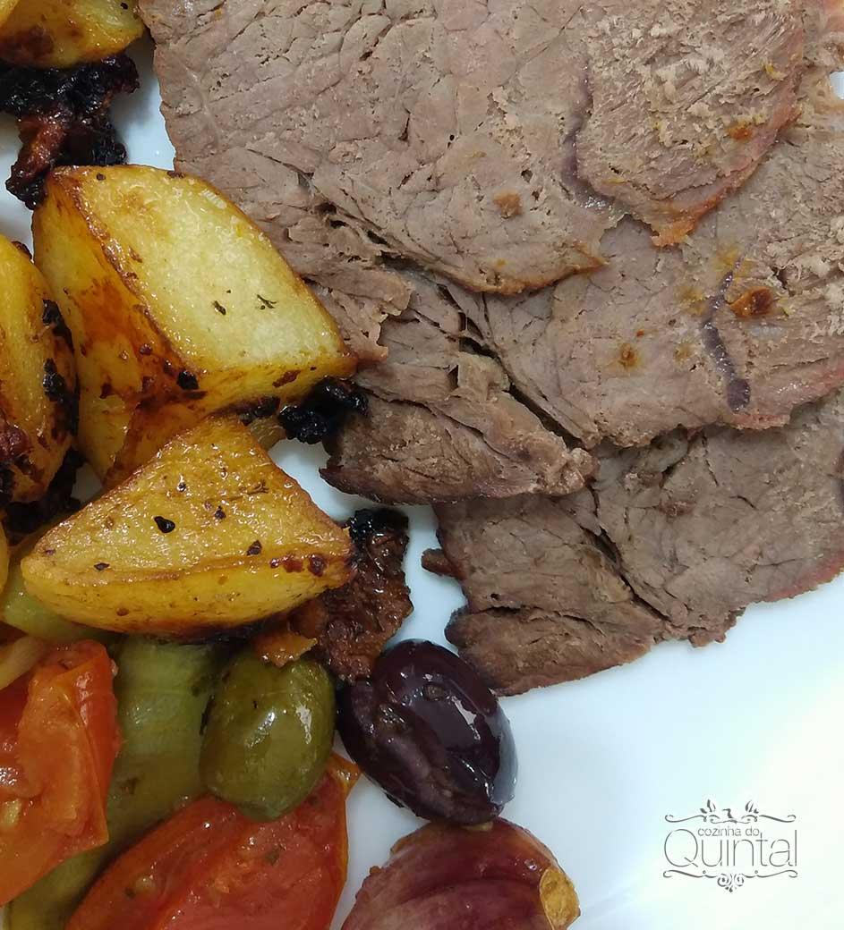 Carne Assada com Batatas e Legumes na Cozinha do Quintal