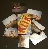 Klik-kirja valokuvien ympäröimänä