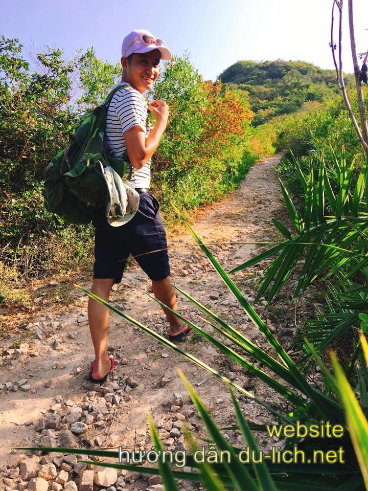 Review đảo Bình Ba: đi bộ leo núi chụp ảnh ngắm cảnh