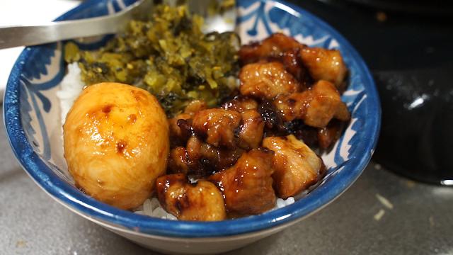 高菜と一緒に盛り付けられた魯肉飯