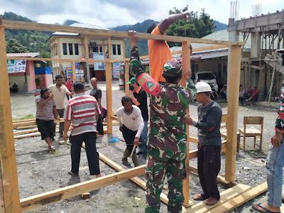 Babinsa  Gotong Royong Bangun Posko PPKM D desa Jongok