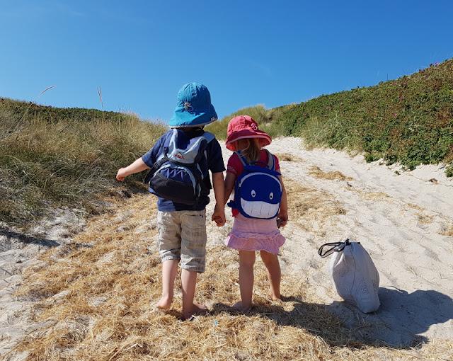Warum unsere Kinder ihre Rucksäcke selbst tragen (+ Rucksack-Tipps). Auf Küstenkidsunterwegs erläutere ich 6 gute Gründe, weshalb ein Kind selber den Rucksack packen und seine Sachen gerne selber tragen sollte.